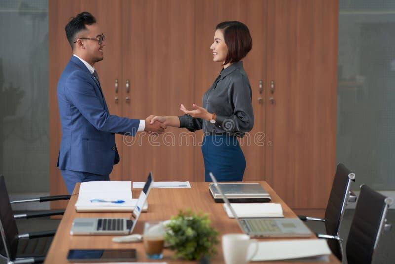 握手的商务伙伴在办公室 库存图片