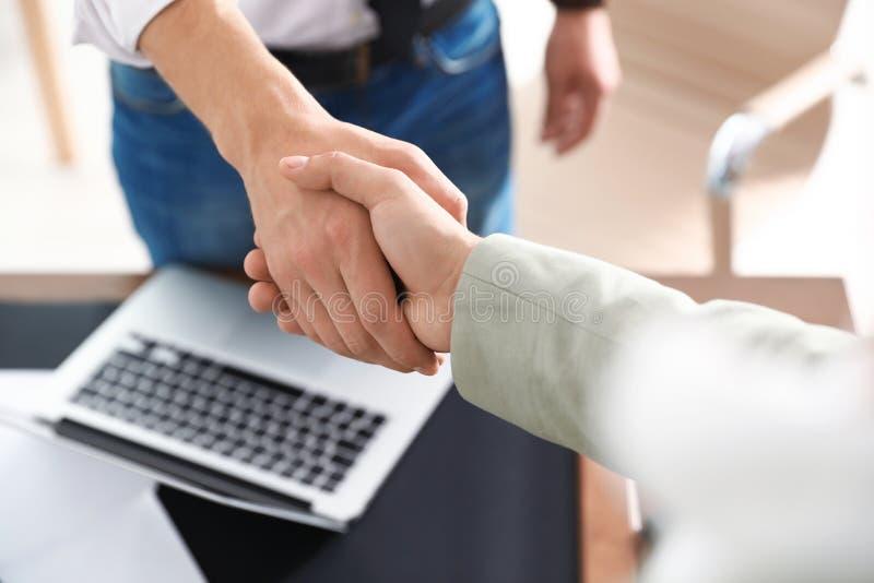握手的商务伙伴在见面以后 库存图片
