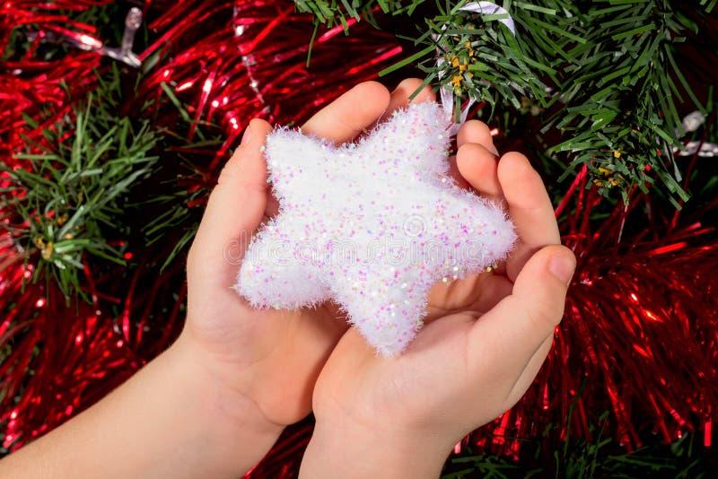 握手的圣诞节玩具白星儿童男孩 明信片 库存照片