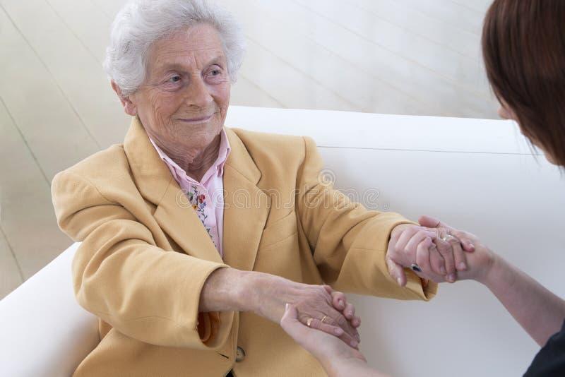 握手的夫人和少妇 免版税库存图片