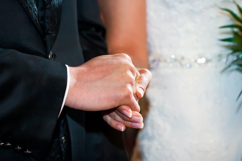 握手的夫妇在婚礼 库存图片