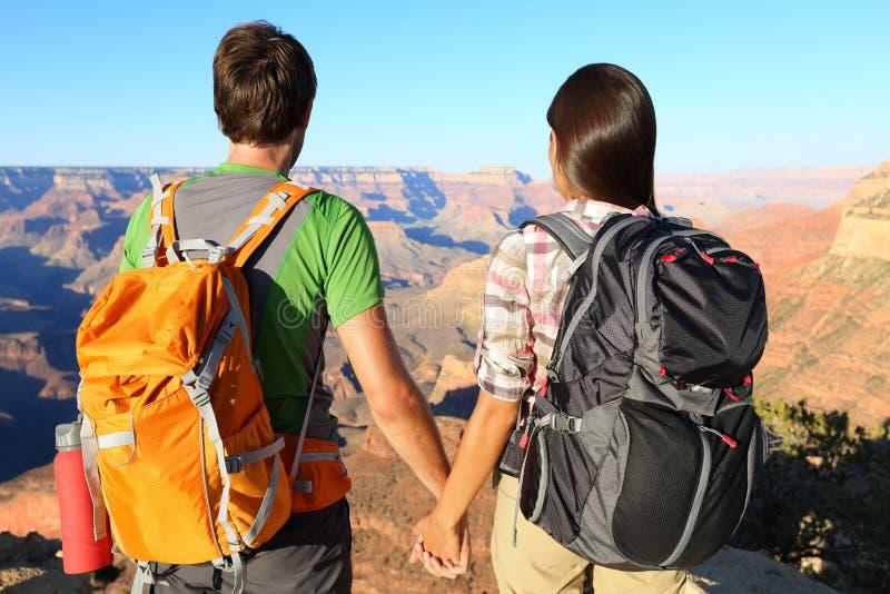 握手的夫妇看大峡谷 免版税库存照片