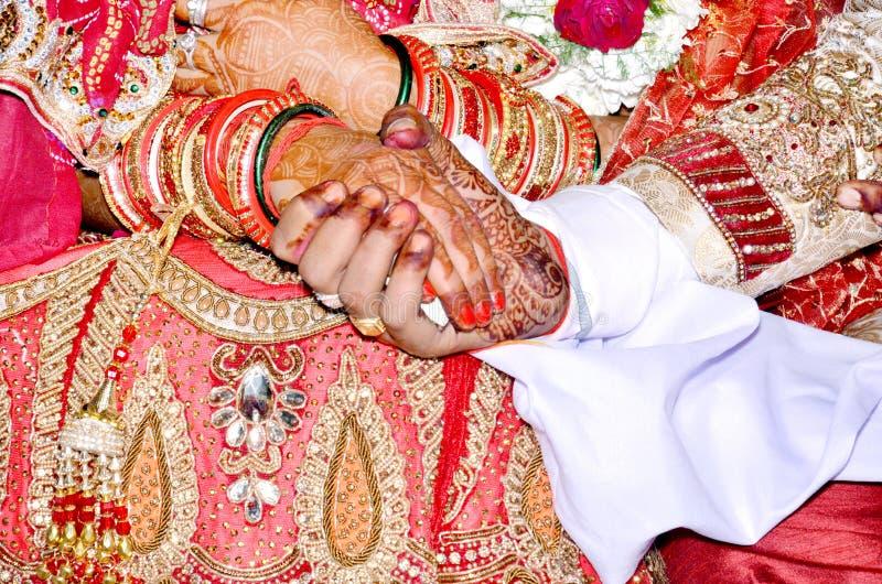 握手的夫妇立下婚姻誓言 库存图片