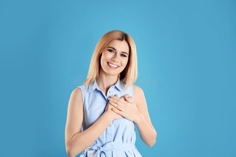 握手的妇女画象在心脏附近 库存图片