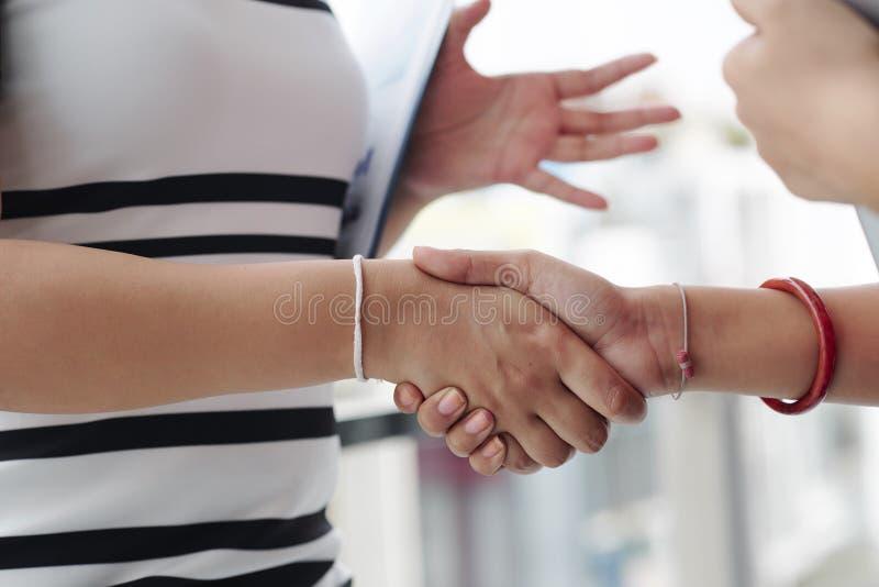 握手的妇女 免版税库存照片