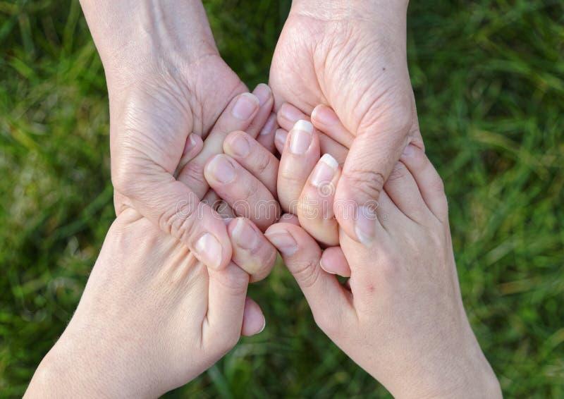 握手的孩子和母亲 免版税图库摄影