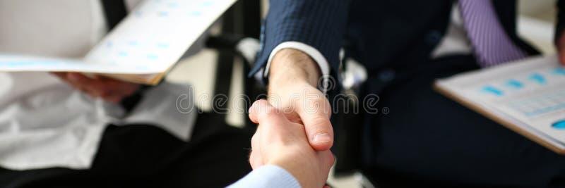 握手的小组商人在有生产力的会议以后 库存照片