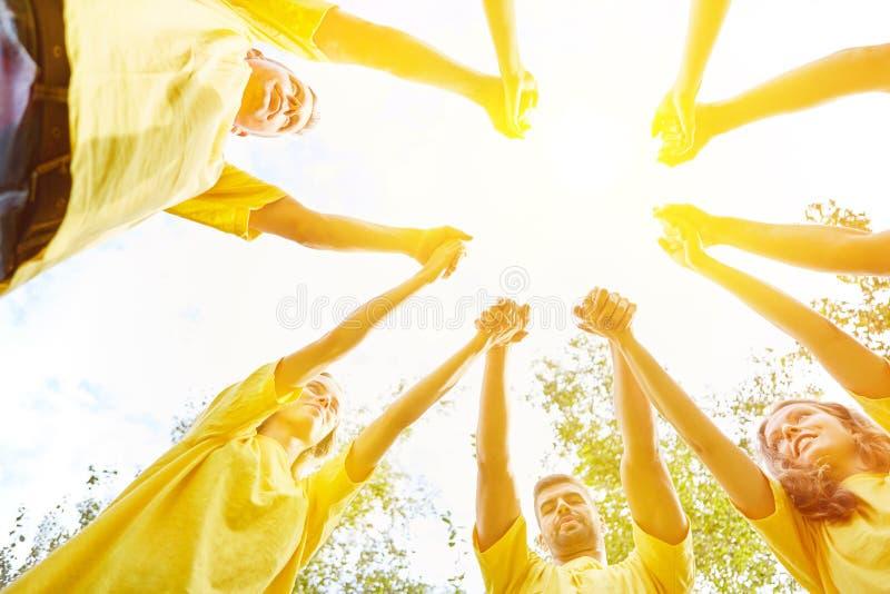 握手的小组当合作概念 免版税库存照片