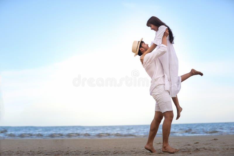 握手的愉快的浪漫夫妇恋人一起走在t 库存图片