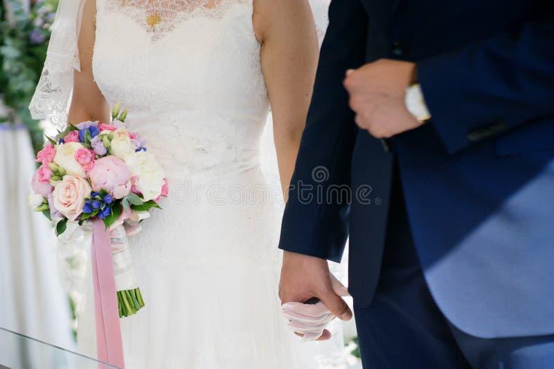 握手的新娘和新郎在婚礼期间 库存图片