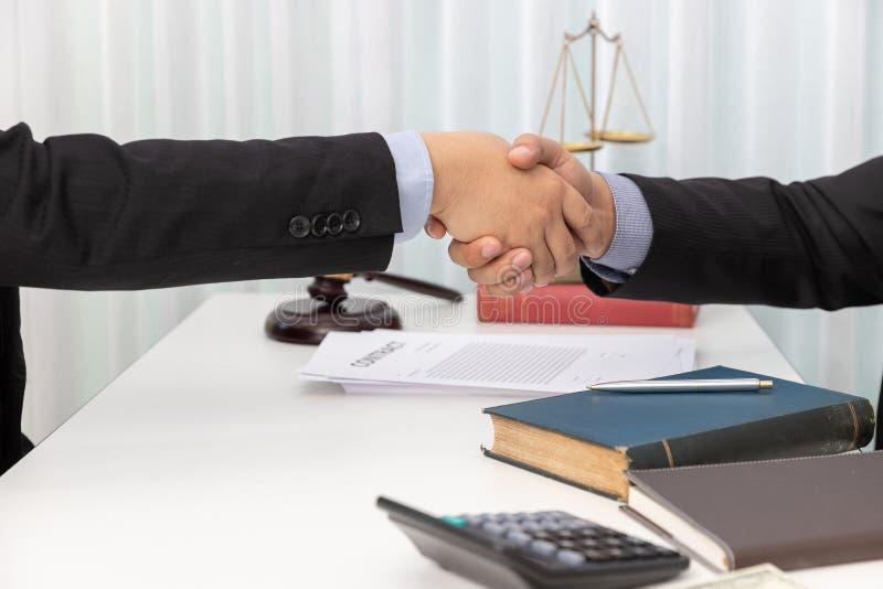 握手的法律、律师和商人的概念在谈论企业合同纸以后在办公室 图库摄影