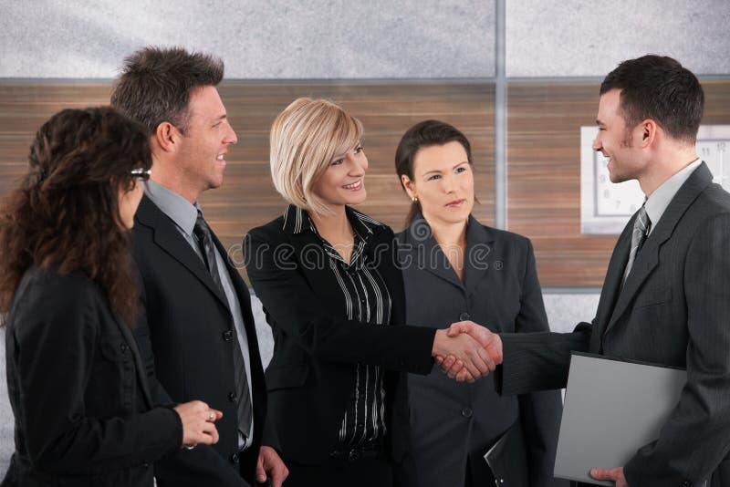 握手的生意人和女实业家 免版税图库摄影