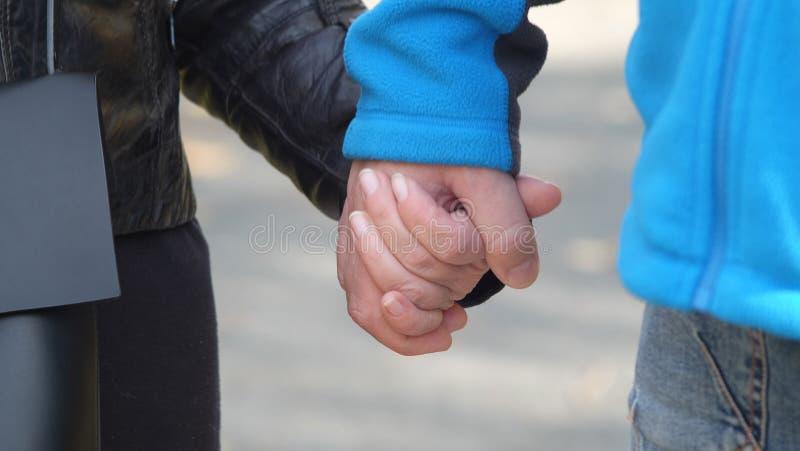 握手的男人和妇女两爱的人在情人节的前夕他们一起彼此相爱 库存照片