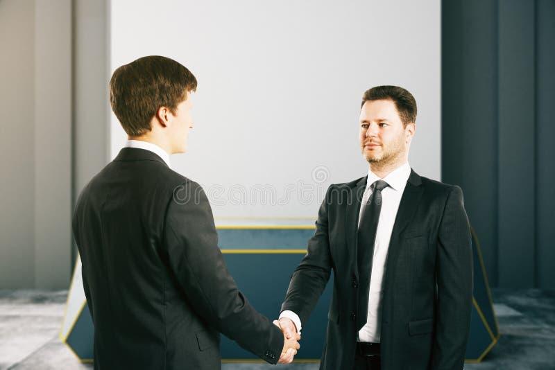 握手的英俊的商人 免版税图库摄影