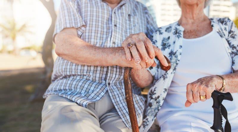 握手的退休的夫妇 图库摄影