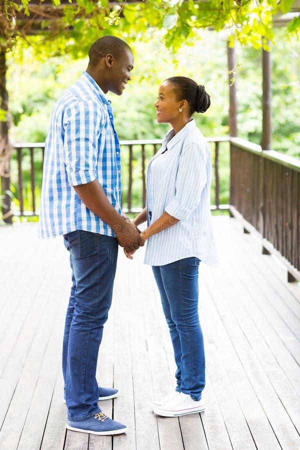 握手的非洲夫妇 免版税库存照片