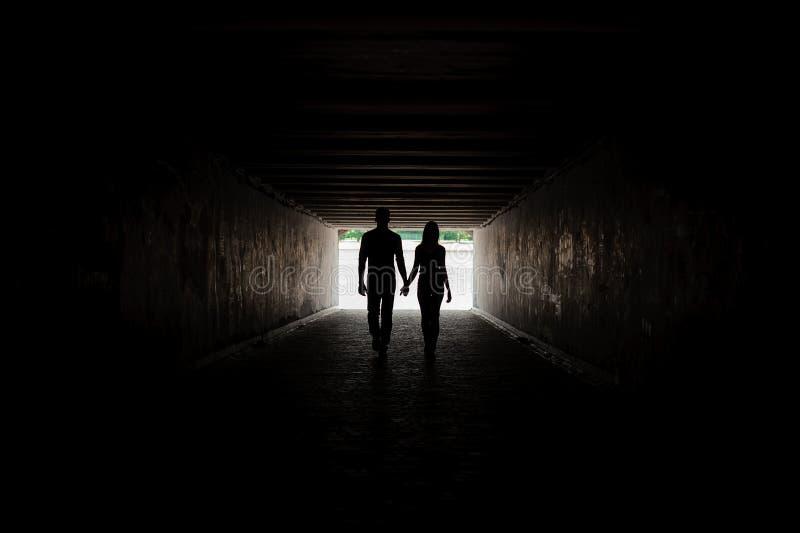握手的年轻夫妇剪影  图库摄影