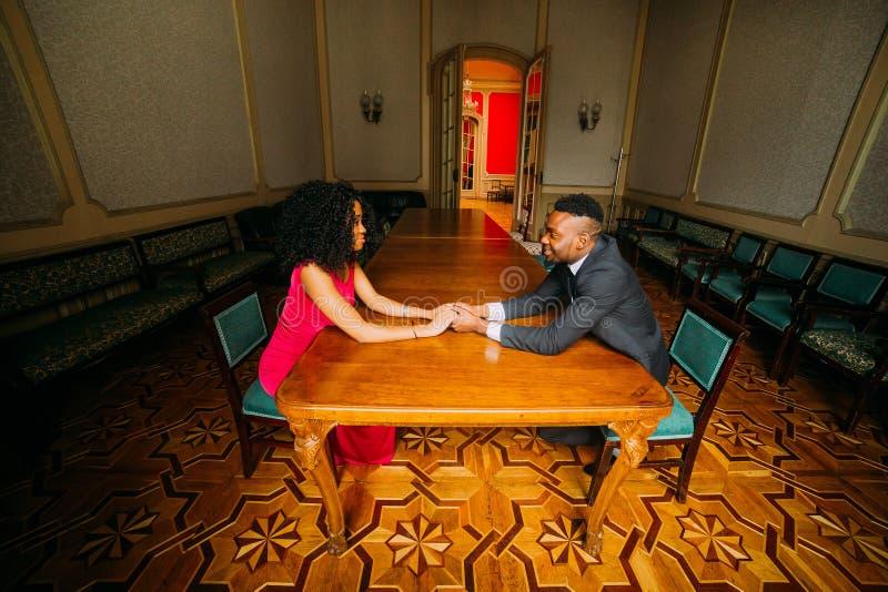 握手的年轻非洲夫妇画象  库存照片