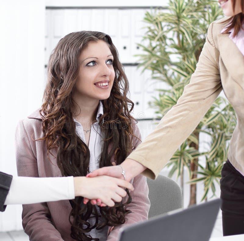 握手经理和客户在办公室 免版税库存照片