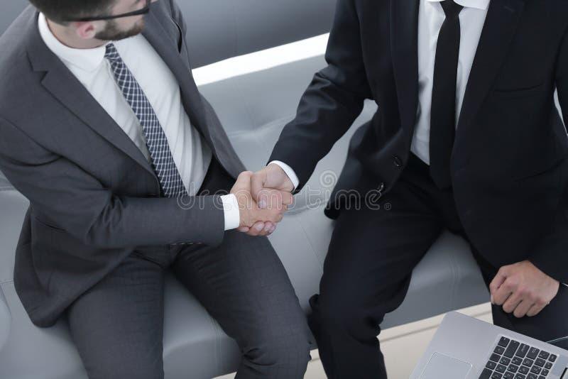 握手经理和客户 免版税库存照片