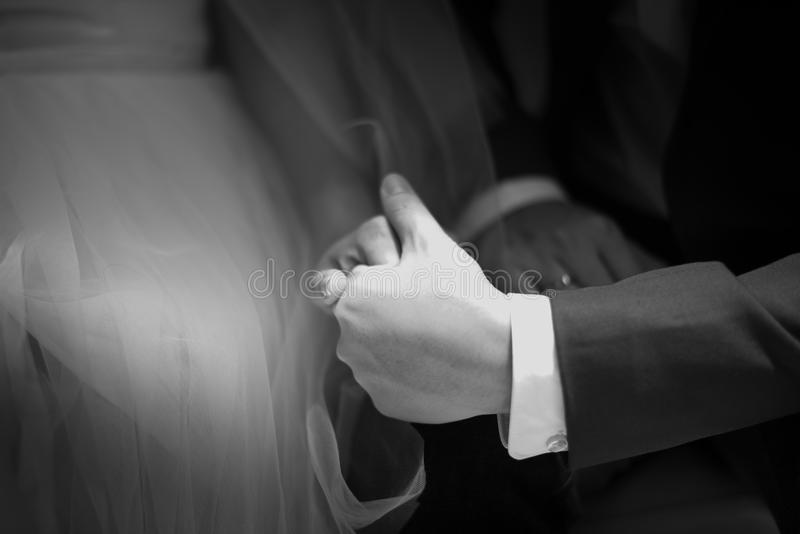握手,爱概念的夫妇前婚礼  免版税库存图片