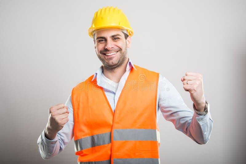 握拳头的年轻建筑师画象喜欢战斗 免版税库存图片