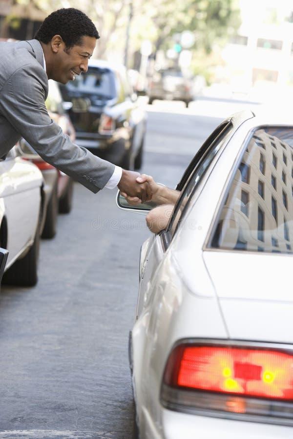 握有一个人的商人手汽车的 免版税图库摄影