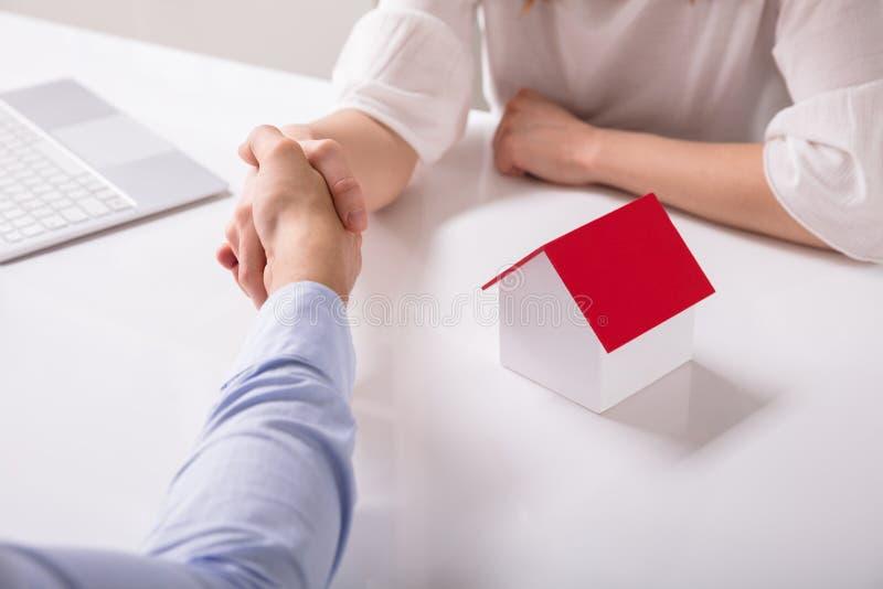 握有他的客户的不动产房地产经纪商手 免版税库存照片