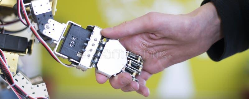 握有握手的人的手一只机器人手 库存图片
