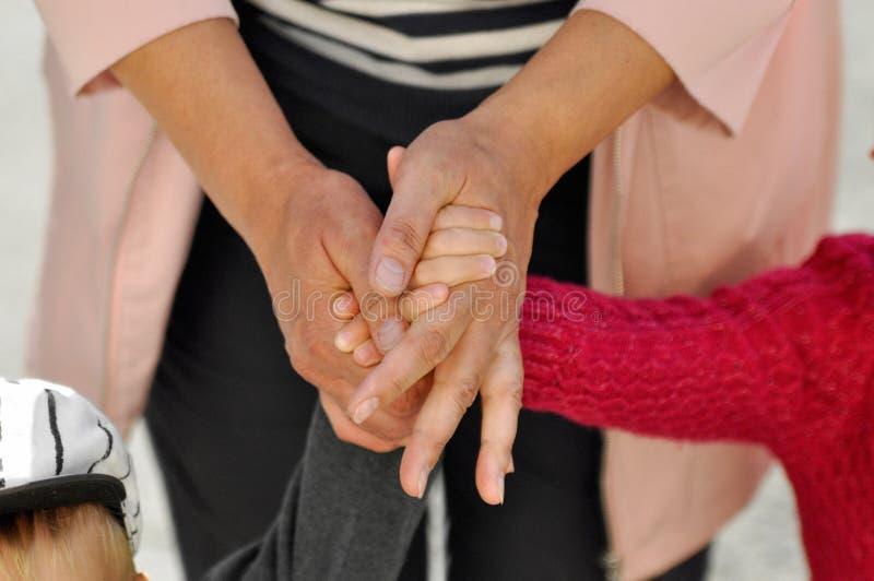 握步行的快乐的祖母手孙子和孙女在一个晴天 关闭 库存照片