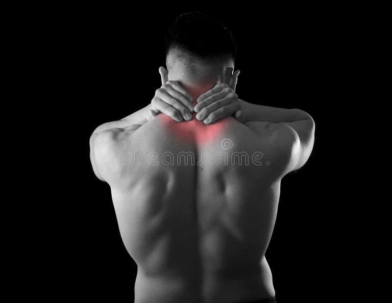 握疼痛脖子的后面年轻肌肉体育人接触按摩子宫颈区域 免版税库存照片