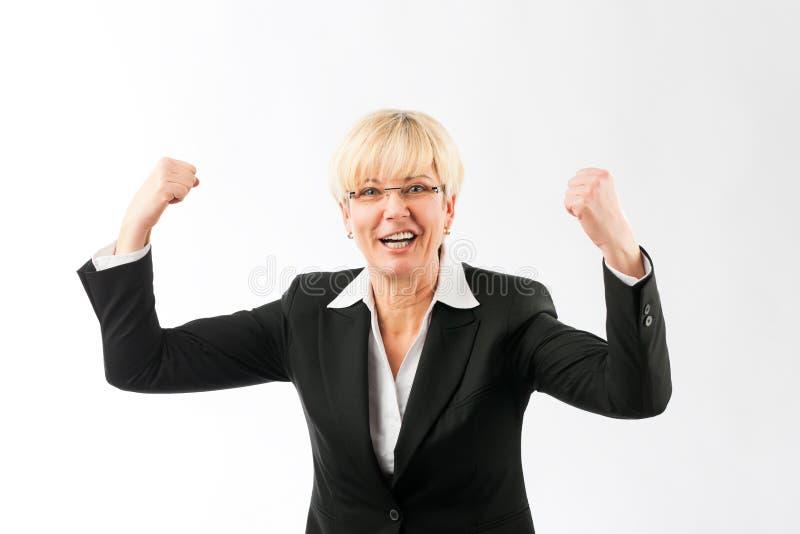 握紧她的拳头的成熟女实业家 库存图片