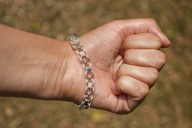 握紧的womanÂ的拳头有blured背景 免版税库存图片