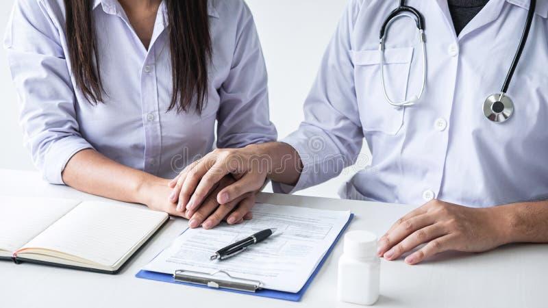握耐心手的医生的图象鼓励,谈话与耐心欢呼和支持、医疗保健和医学助理 免版税库存照片
