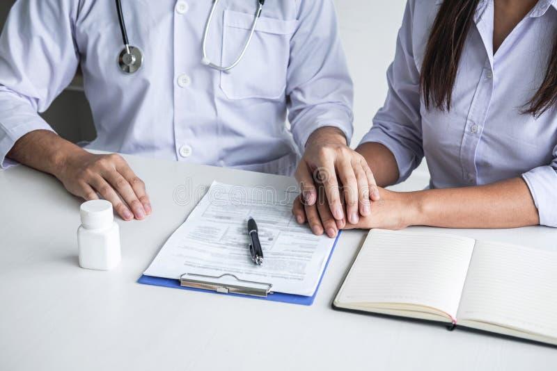 握耐心手的医生的图象鼓励,谈话与耐心欢呼和支持、医疗保健和医学助理 库存照片