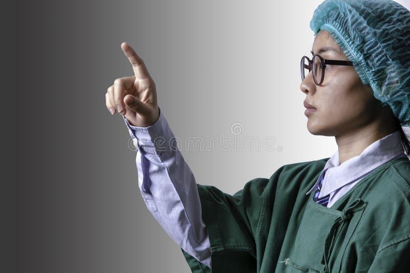 握食指的医生对在灰色backgroun的触摸屏 免版税库存图片