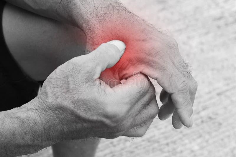 握他的手痛苦腕子的老人 免版税库存照片