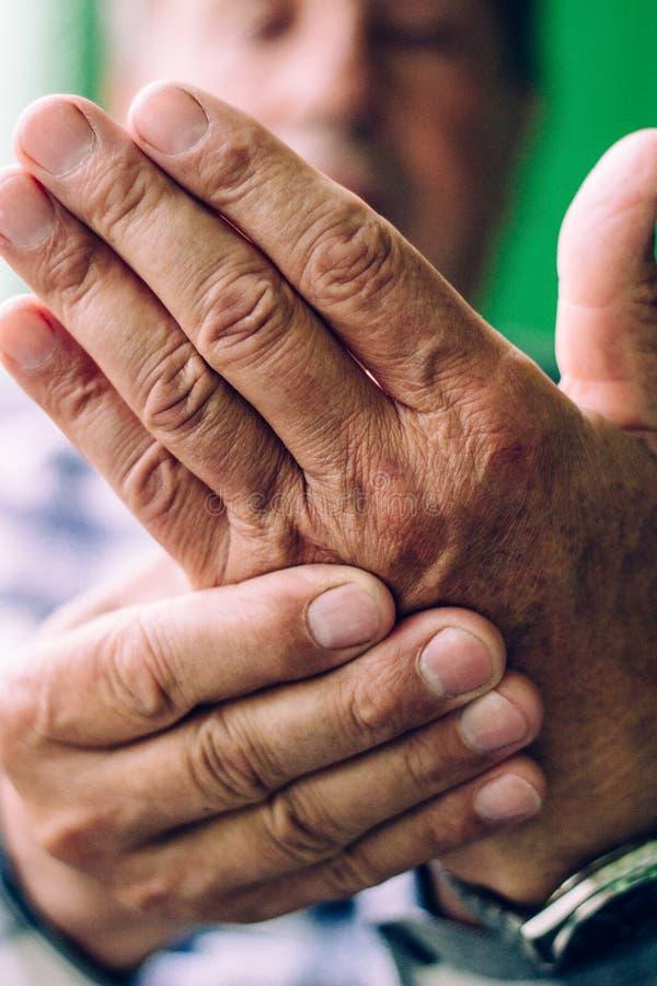 Download 握紧的痛苦的手 库存图片. 图片 包括有 beauvoir, 炎症, 病症, 生活方式, 医学, 问题, 行动 - 72353151