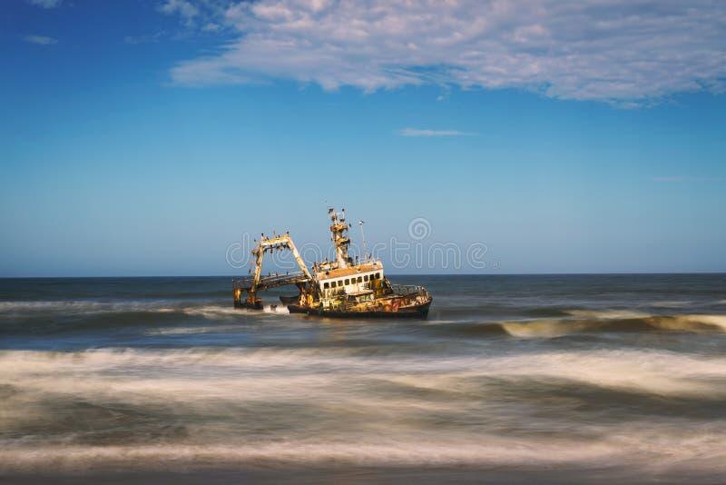 搁浅的塞拉船的被放弃的海难在最基本的海岸的,纳米比亚 免版税库存照片