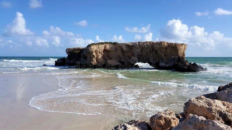 搁浅的岩石海洋无拘无束的人 免版税图库摄影
