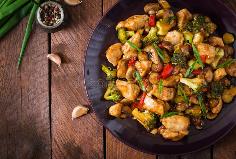 搅动与鸡、蘑菇、硬花甘蓝和胡椒-中国食物的油炸物 库存图片