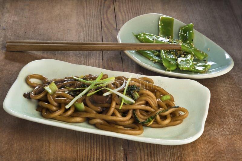 搅动与choy的bok,蚝蘑,薤的油煎的乌龙面面条 库存照片