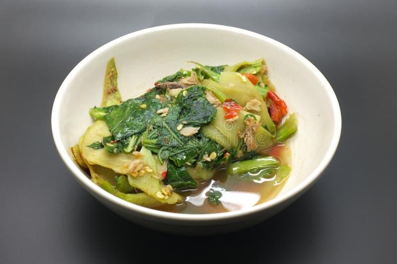 搅动油炸物中国无头甘蓝、圆白菜用鲥鱼和红色辣椒 免版税图库摄影