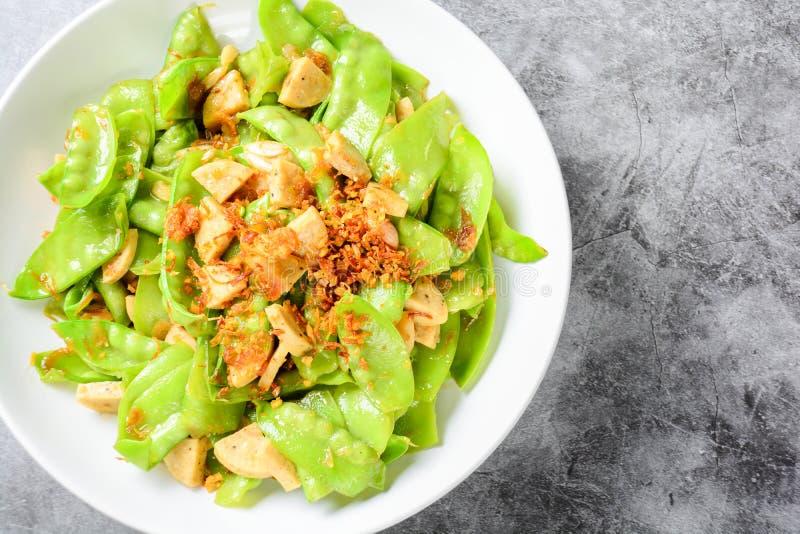 搅动油炸物糖荚豌豆用越南烤猪肉香肠 免版税图库摄影