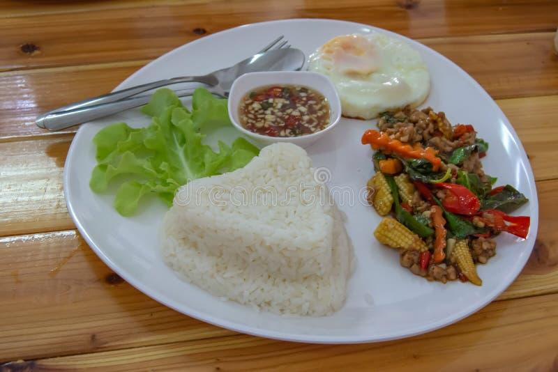 搅动油煎的蓬蒿叶子猪肉用米并且投入被保存的鸡蛋 库存图片
