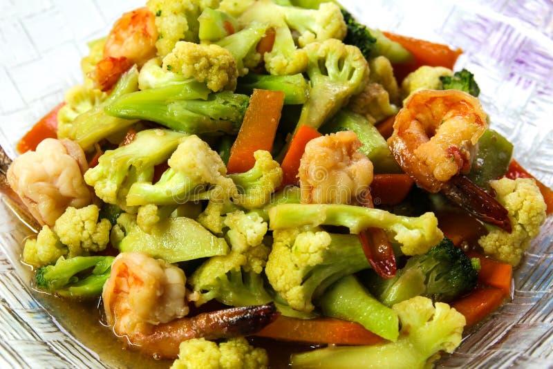 搅动油煎蔬菜和虾。 库存图片