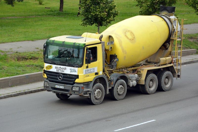 搅拌器卡车奔驰车Actros 库存图片