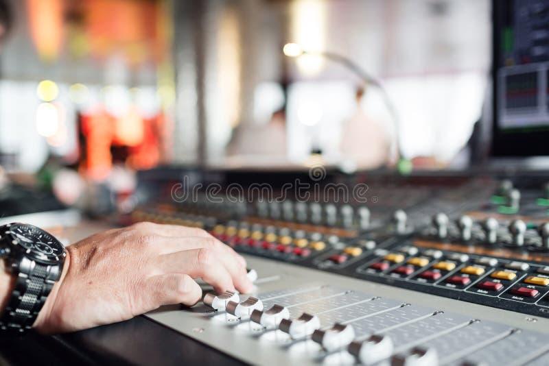 搅拌器合理的控制概念 音乐展示节日的手控制按钮混音器 它容量电平控制按钮为 库存图片