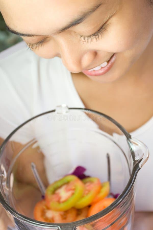 搅拌器愉快的蔬菜妇女 免版税库存图片