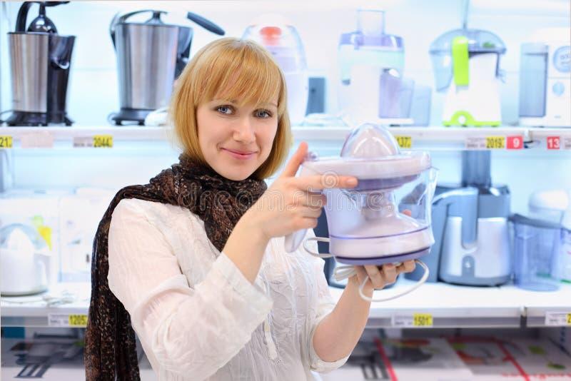 搅拌器白肤金发的女孩拿着超级市场 免版税图库摄影
